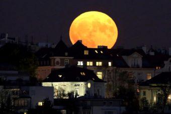 Guarda che luna, guarda che umore