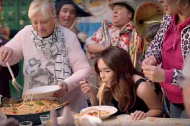Emilia clarke a prova di spaghetto