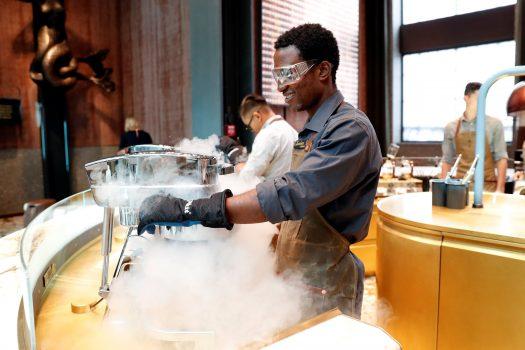 Che cos'è il nuovo «nitro gelato affogato» di Starbucks a Milano
