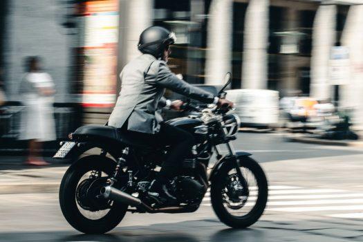 La prima giacca da uomo elegante e tecnica, pensata e realizzata per gli appassionati delle motociclette.